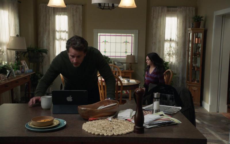 Apple iPad Tablet of Josh Dallas as Ben Stone in Manifest S03E04 (2)