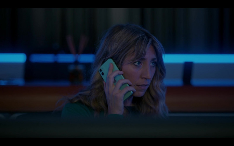 Apple iPhone Smartphone of Daisy Haggard as Ally in Breeders S02E07 (2)