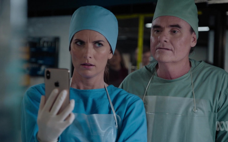 Apple iPhone Smartphone of Jolene Anderson as Dr. Grace Molyneux in Harrow S03E10 Ab Initio 2 (2021)