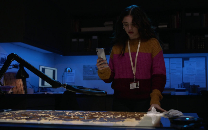Apple iPhone Smartphone of Luna Blaise as Olive Stone in Manifest S03E06 Graveyard Spiral (2021)