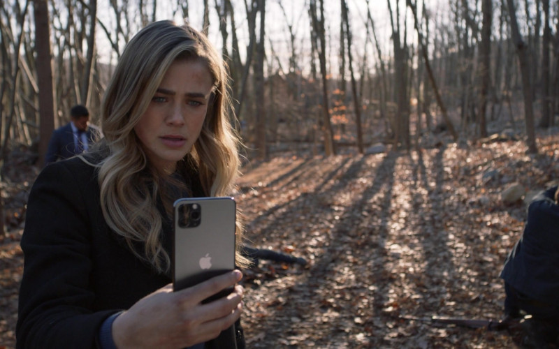 Apple iPhone Smartphone of Melissa Roxburgh as Michaela Stone in Manifest S03E06 Graveyard Spiral (2021)