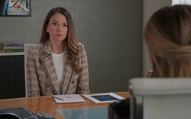 Apple iPhone Smartphone of Sutton Foster as Liza Miller in Younger S07E05 (1)