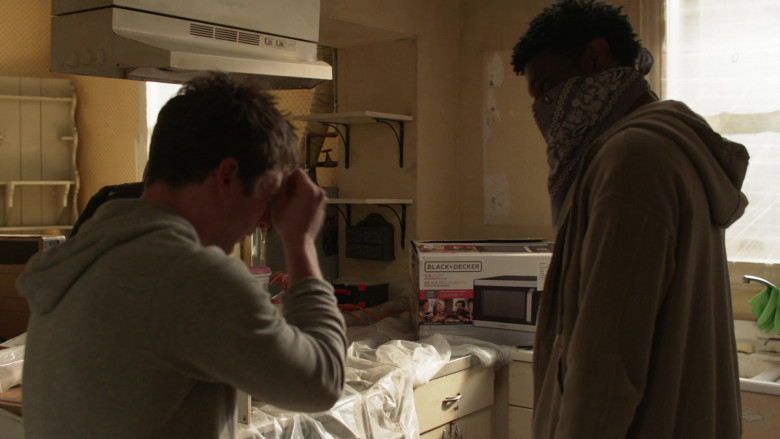 Black + Decker Microwave Oven Box in Shameless S11E11 The Fickle Lady is Calling it Quits (2021)