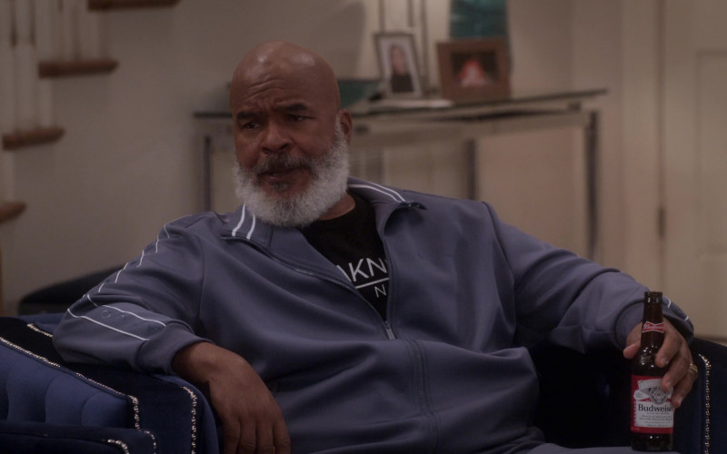 Budweiser Beer Enjoyed by David Alan Grier as Pops Dixon in Dad Stop Embarrassing Me! S01E03 #YeezysAndShrimp (2021)