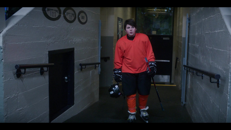 CCM Hockey Gloves in The Mighty Ducks Game Changers S01E06 Spirit of the Ducks (2)