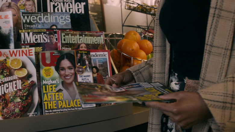 Conde Nast Traveler, Entertainment Weekly & Us Weekly Magazine in This Is Us S05E12 Both Things Can Be True (2021)