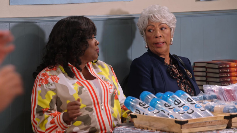 Core Water Bottles in Family Reunion S03E08 (4)