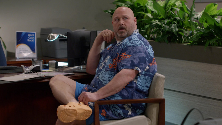 Crocs Clogs of Will Sasso as Andy in Mom S08E16 (1)