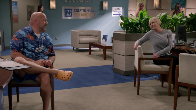 Crocs Clogs of Will Sasso as Andy in Mom S08E16 (2)