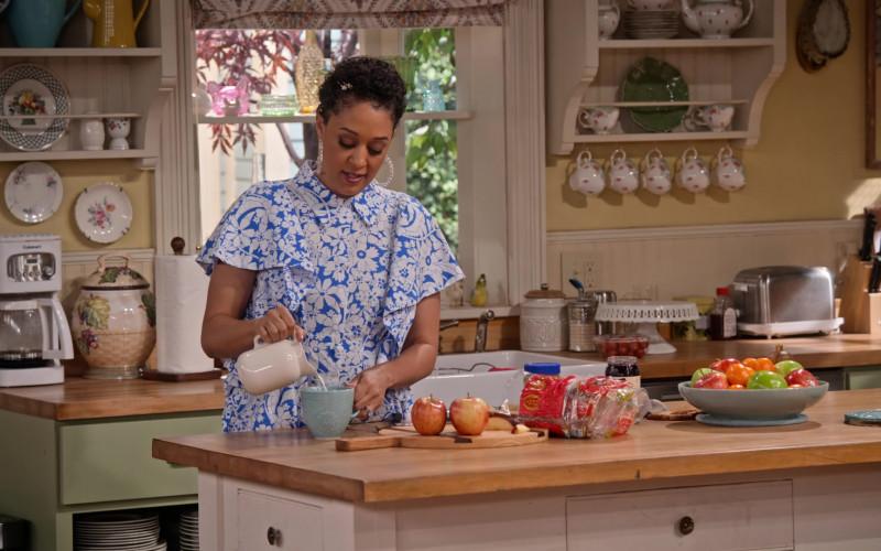 Cuisinart Coffee Maker in Family Reunion S02E01 (1)