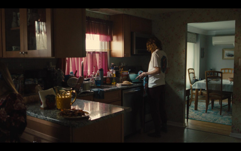 Dawn Dish Soap Ultra Dishwashing Liquid and Aunt Jemima in Mare of Easttown S01E02 Fathers (2021)