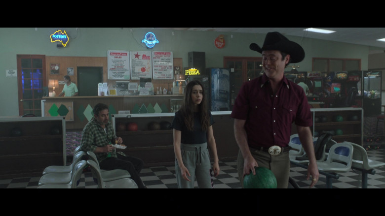 Foster's, St. Pauli Girl & Shock Top Sign in Made For Love S01E05 (2)