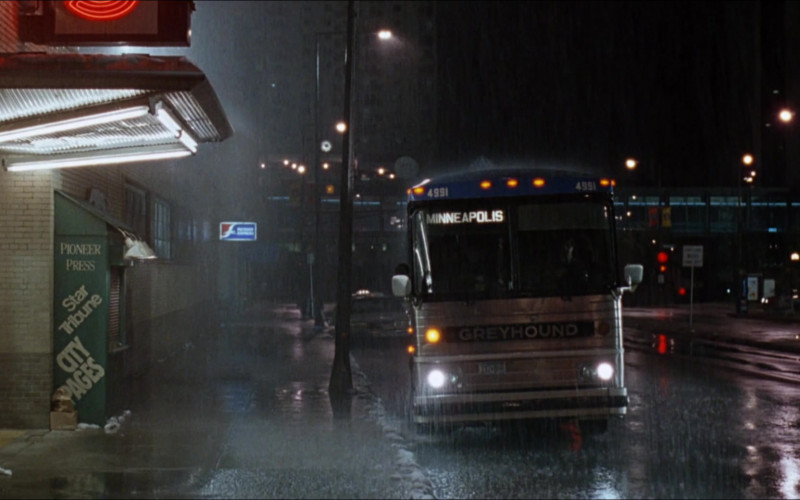 Greyhound Bus in D2 The Mighty Ducks (1)