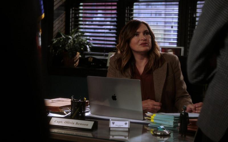 Mariska Hargitay and Apple MacBook Pro Laptop in Law & Order Special Victims Unit S22E09 TV Show (1)