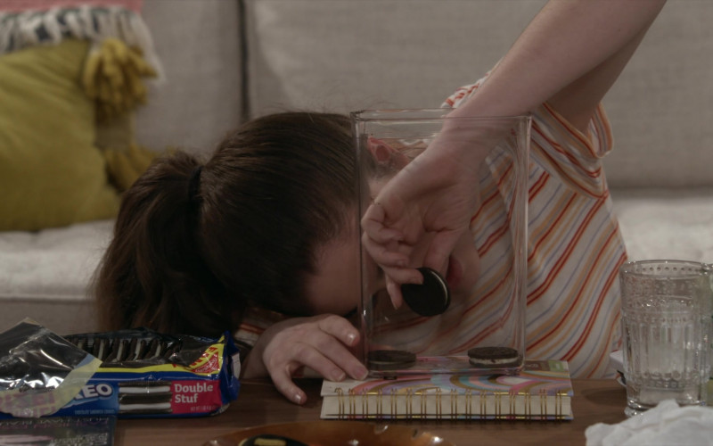 Nabisco Oreo Cookies Enjoyed by Rachel Sennott as Jackie Raines in Call Your Mother S01E11 (1)
