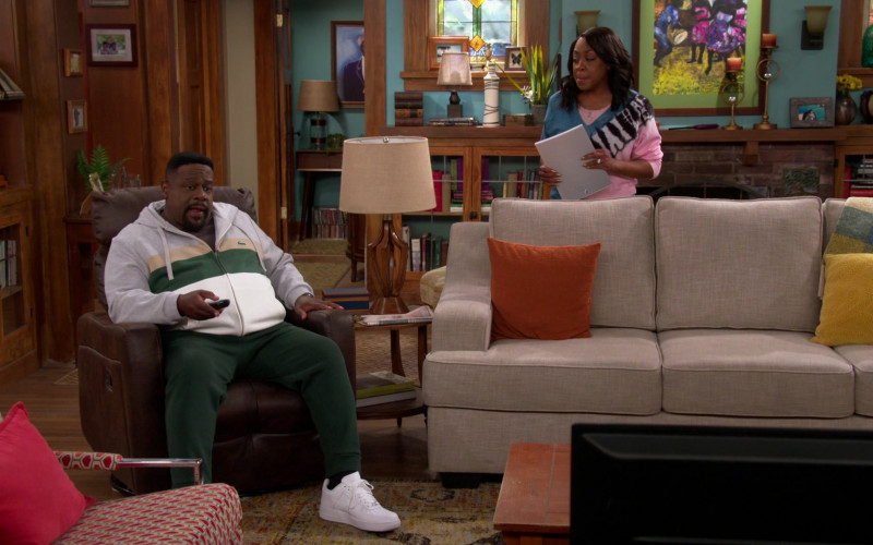 Nike Air Force 1 All-White Sneakers of Cedric the Entertainer as Calvin in The Neighborhood S03E13 Welcome to the Art Class (202