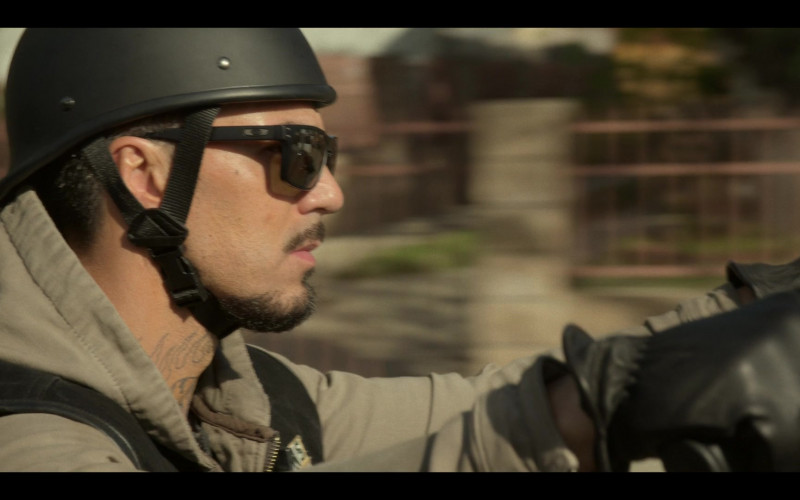 Oakley Men's Sunglasses in Mayans M.C. S03E07 What Comes of Handlin' Snakeskin (2021)