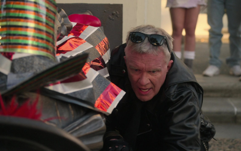 Ray-Ban Wayfarer Sunglasses of Anthony Michael Hall as Mr. Perott in The Goldbergs S08E19 (2)