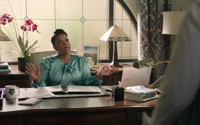 Samsung Laptop of Yvette Nicole Brown as Sherilyn Thomas in Big Shot S01E02 (1)