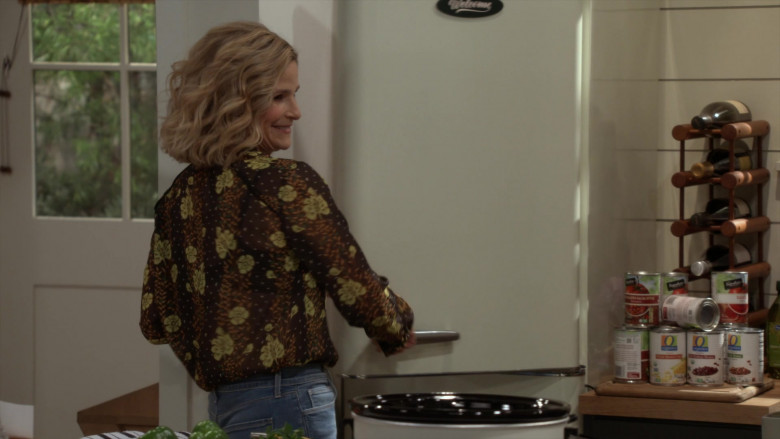 Signature SELECT Tomato Sauces and O Organics Foods by Albertsons in Call Your Mother S01E09 One Bad Mother (2021)