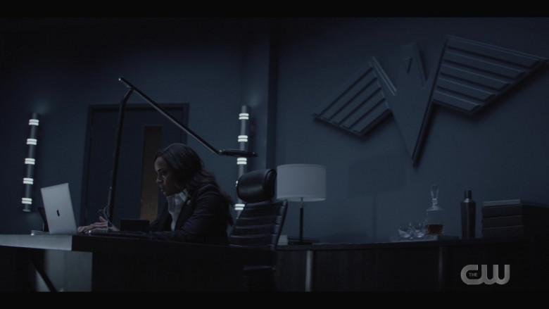 Apple MacBook Laptop in Batwoman S02E12 (2)