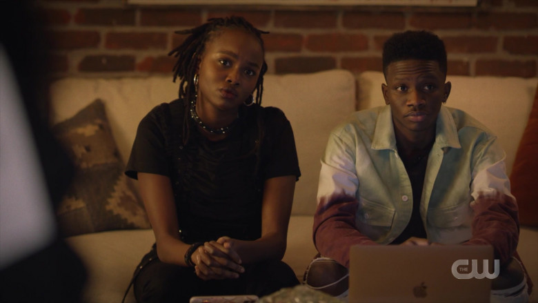 Apple MacBook Laptop in Black Lightning S04E10 The Book of Reunification Chapter One (2021)