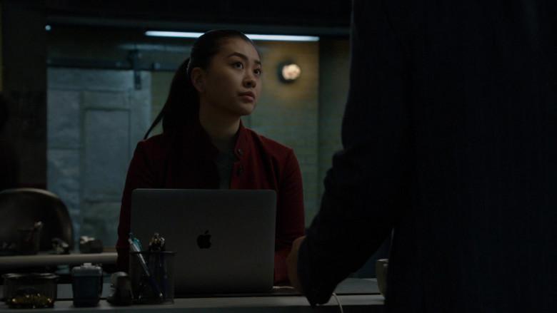 Apple MacBook Laptop in The Blacklist S08E16 Nicholas Obenrader (No. 133) (2021)
