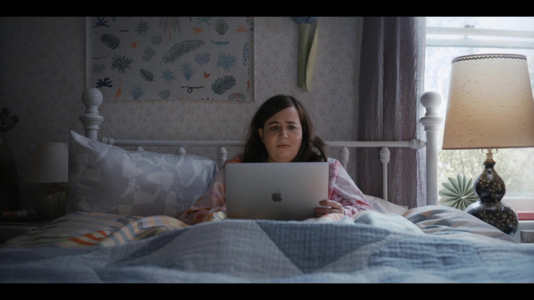 Apple MacBook Laptop of Aidy Bryant as Annie Easton in Shrill S03E05 (2)