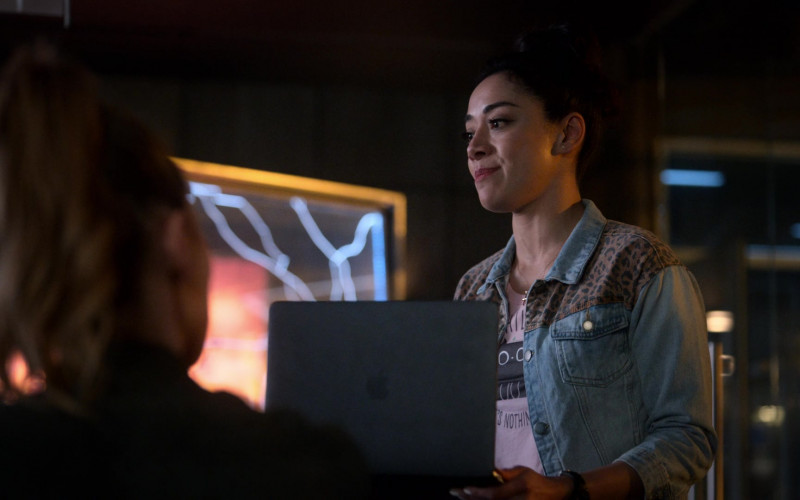 Apple MacBook Laptop of Aimee Garcia as Ella Lopez in Lucifer S05E14 Nothing Lasts Forever (2021)