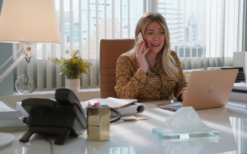 Apple MacBook Laptop of Hilary Duff as Kelsey Peters in Younger S07E08 The Baroness (2021)