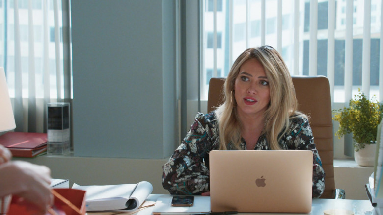 Apple MacBook Laptop of Hilary Duff as Kelsey Peters in Younger S07E10 Inku-baited (2)