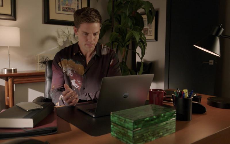 Apple MacBook Laptops in Dynasty S04E04 (3)