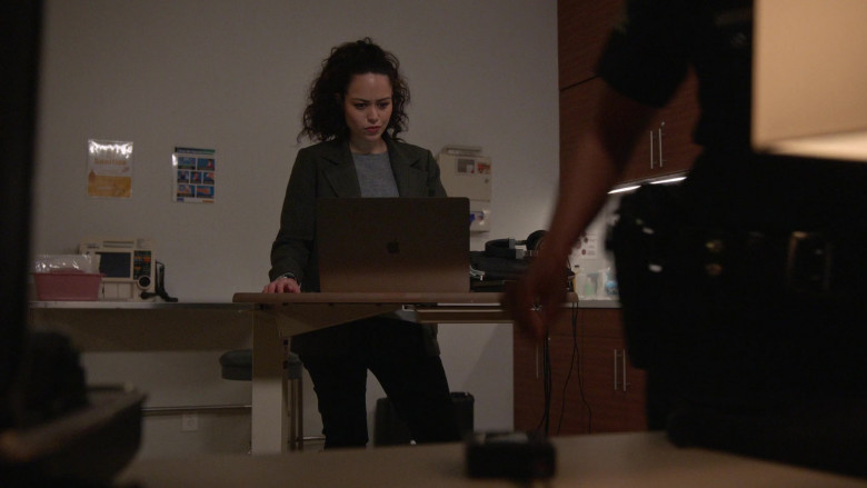 Apple MacBook Laptops in The Rookie S03E12 (1)