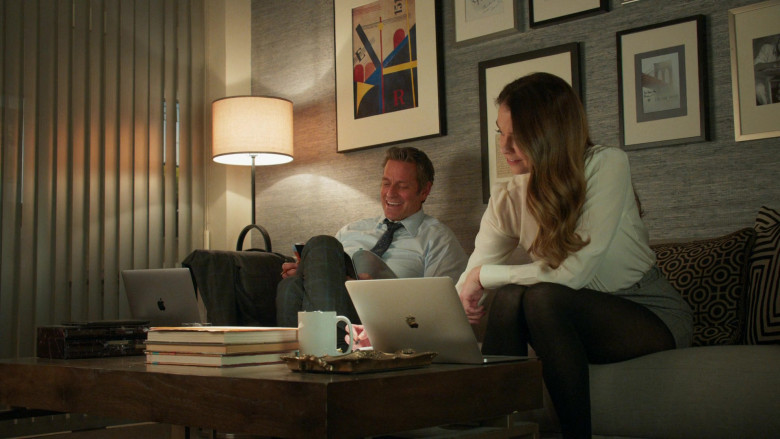 Apple MacBook Laptops in Younger S07E09 (3)