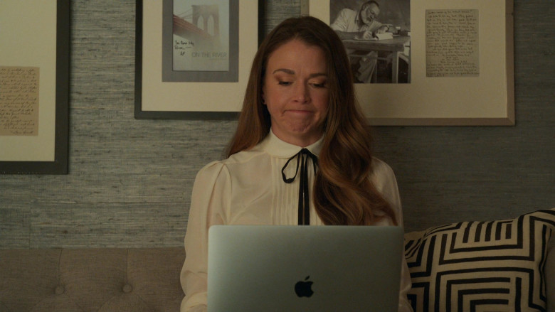 Apple MacBook Laptops in Younger S07E09 (4)