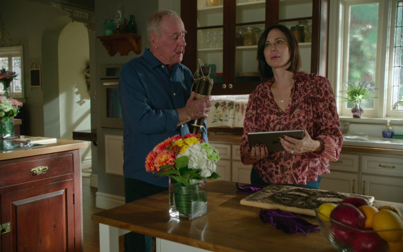 Apple iPad Tablets in Good Witch S07E02 The Shell (1)