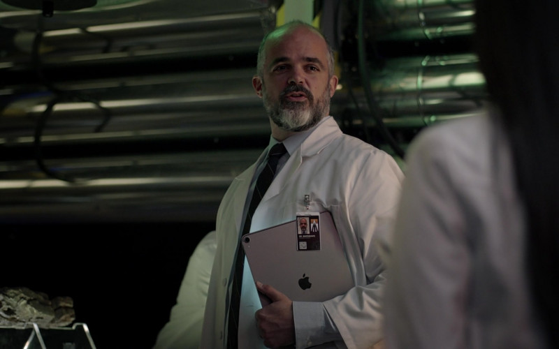 Apple iPad Tablets in Manifest S03E08 (1)