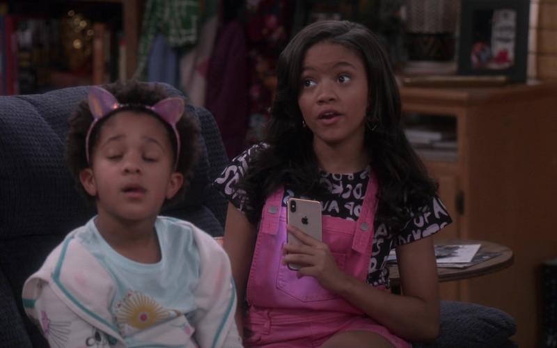 Apple iPhone Smartphone of Khali Spraggins as Aaliyah in The Upshaws S01E10 The Backslide (2021)