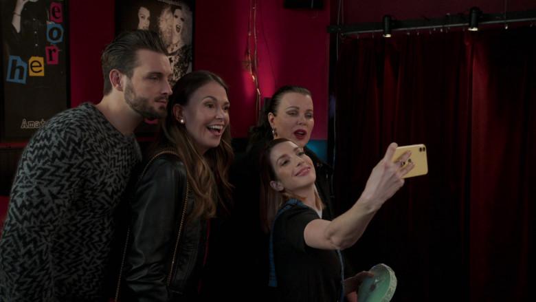 Apple iPhone Smartphone of Molly Bernard as Lauren Heller in Younger S07E10 Inku-baited (2021)