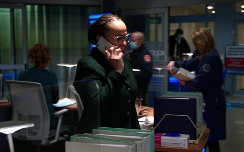 Apple iPhone Smartphone of S. Epatha Merkerson as Sharon Goodwin in Chicago Med S06E13 What a Tangled Web We Weave (2021)