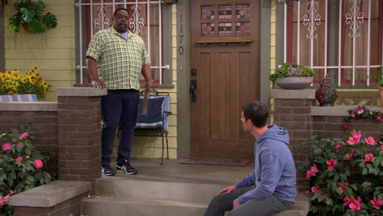 Asics Men's Shoes of Cedric the Entertainer as Calvin in The Neighborhood S03E16 (2)