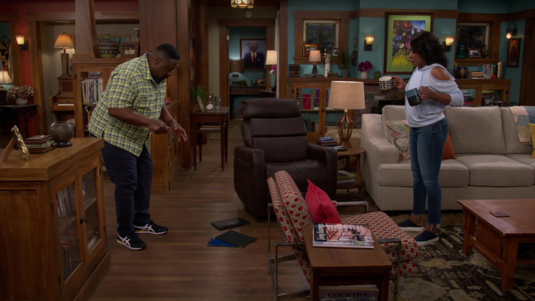Asics Men's Shoes of Cedric the Entertainer as Calvin in The Neighborhood S03E16 (3)