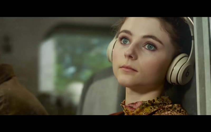Beats Headphones of Thomasin McKenzie as Eloise in Last Night in Soho 2021 Movie (1)