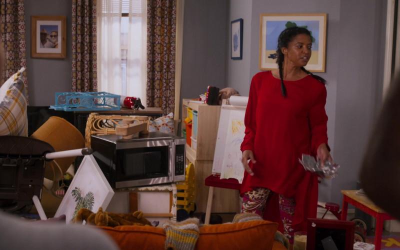 Black & Decker Microwave Oven in Girls5eva S01E02 D'wasg (2021)