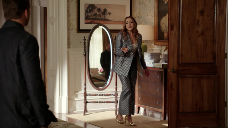 Elizabeth Gillies as Fallon Carrington Wears Gucci Blazer and Pants Suit Outfit in Dynasty S04E01 TV Show 2021 (4)