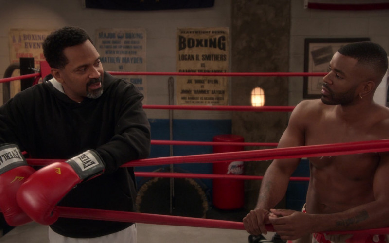 Everlast Boxing Gloves of Mike Epps as Bennie in The Upshaws S01E09 TV Show 2021 (4)