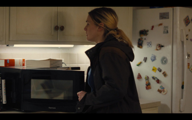 Kenmore Microwave Oven in Mare of Easttown S01E04 Poor Sisyphus (2021)