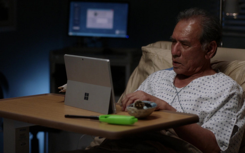 Microsoft Surface Tablets in Grey's Anatomy S17E15 Tradition (3)