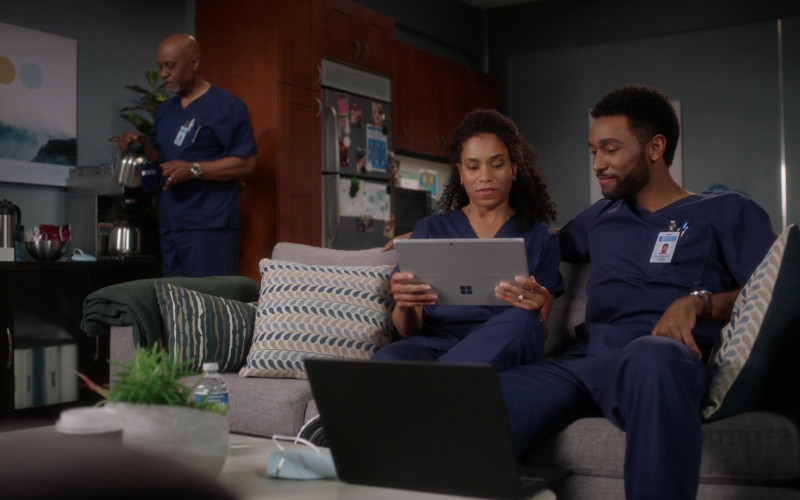 Microsoft Surface Tablets in Grey's Anatomy S17E16 I'm Still Standing (1)