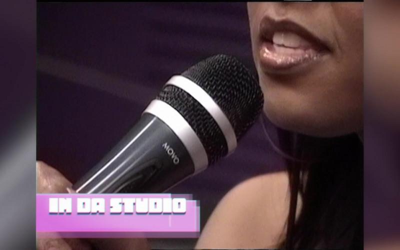 Movo Microphone in Girls5eva S01E03 Alf Musik (2021)